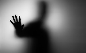 Đang ngủ thì tỉnh dậy vì bị người khác hôn, người phụ nữ giật mình trước danh tính thủ phạm