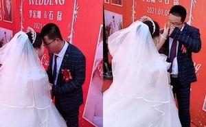 Chú rể bỗng dưng khóc nức nở trong đám cưới, biết lý do ai cũng thương