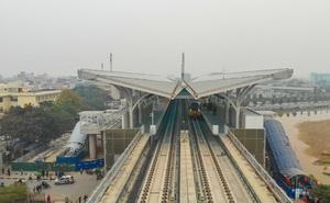 """CLIP: Người dân ùn ùn kéo tới nhà ga S1, """"soi"""" nội thất tàu tuyến đường sắt Nhổn - ga Hà Nội"""