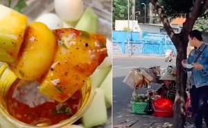 Còn ai sáng tạo hơn các gánh hàng rong Sài Gòn, cô dì lại vừa chế ra món 'xoài xanh trứng cút' ăn cực kì hút!