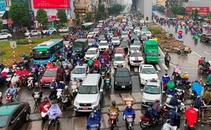 Hà Nội xén dải phân cách thêm 10 tuyến phố