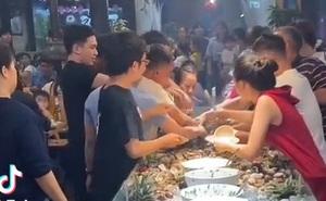 Sợ hãi trước cảnh giành giật nhau từng con tôm khi đi ăn buffet hải sản, ai nhìn vào cũng thấy ngao ngán