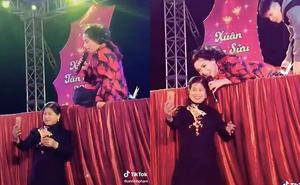 Phi Nhung bất ngờ nằm xuống sàn sân khấu khi khán giả tiến tới, muốn chụp ảnh cùng