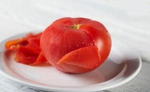 Không cần nước sôi, biết chiêu này 30 giây là vỏ cà chua được lột sạch