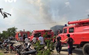 Đang cháy xưởng gỗ ở Tiền Giang, nhiều hàng hóa bị thiêu rụi