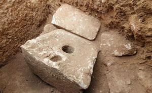 """Đây là cái toilet xa xỉ 2.700 năm trước của giới thượng lưu: """"làm từ đá vôi, ngồi rất thoải mái"""""""