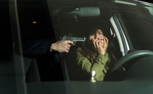 """Bạn thân bị giết ngay trước mặt, cô gái thoát nạn thần kỳ bằng """"độc chiêu"""" khiến tên sát nhân cũng bị qua mắt"""