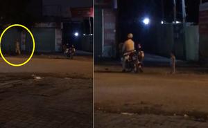 Trời tối thấy em bé đi lạc, CSGT sốt sắng làm một việc khiến người dân cảm động quay clip