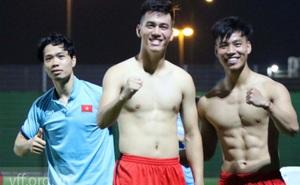 """Văn Thanh khoe cơ bụng 6 múi """"siêu chuẩn"""" trước trận gặp ĐT Trung Quốc"""