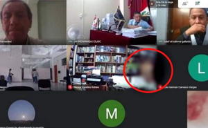 Phiên tòa đang xét xử online, tất cả bỗng đỏ mặt xấu hổ khi thấy cảnh nóng trên màn hình