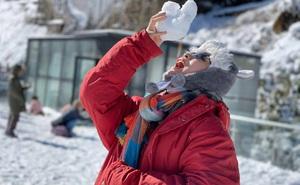 Tuyết tiếp tục rơi trắng xoá đỉnh Fansipan, du khách hào hứng ghi lại khoảnh khắc kỳ thú
