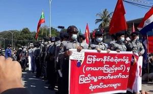 Bất ngờ: Một số ít cảnh sát Myanmar bắt đầu đứng về phe người biểu tình, phản đối quân đội nắm quyền