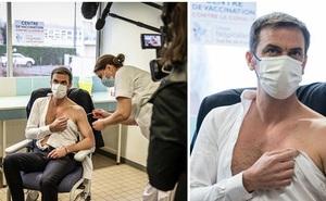 """Cộng đồng mạng """"phát cuồng"""" với Bộ trưởng Y tế Pháp khi để lộ cơ bắp rắn chắc, thân hình cực phẩm trong lúc tiêm thử vắc-xin Covid-19"""