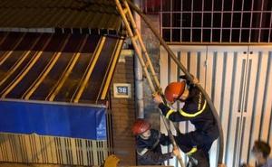 Cảnh sát trèo thang lên mái nhà dân dập lửa đêm mùng 1 Tết
