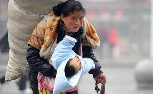 """Ít tháng sau bức ảnh chấn động, người mẹ trong hình chịu bi kịch """"xé lòng"""": Nghèo ở TQ đáng sợ tới mức nào?"""