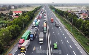 Xe tải, container nối đuôi hàng km trên cao tốc Hà Nội - Hải Phòng chờ khai báo y tế