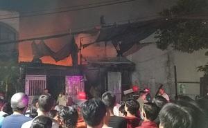 TP.HCM: Nhà thu mua phế liệu cháy dữ dội, người dân nỗ lực cứu tài sản nhưng phải tháo chạy thoát thân