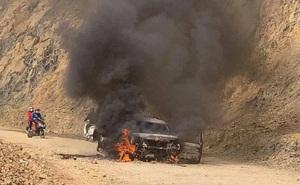 Xe ô tô 7 chỗ đang đi bất ngờ bốc cháy dữ dội, ít phút sau chỉ còn khung sắt