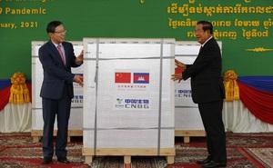 Thủ tướng Hun Sen ra tận sân bay nhận vắc xin Covid-19 của TQ, muốn các con được tiêm chủng