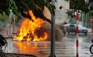 Clip: BMW bất ngờ bốc cháy dữ dội giữa phố Hà Nội, nguyên nhân gây nhiều tò mò
