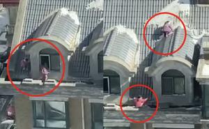"""Hai bé gái sinh đôi thản nhiên chơi """"cầu trượt"""" trên mái nhà, cảnh tượng """"đối mặt với tử thần"""" khiến người dân thót tim"""