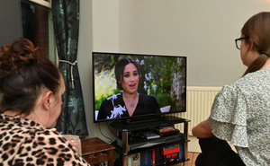 """Báo Anh phỏng vấn nhanh: Dân Anh nghĩ gì về việc vợ chồng Harry thẳng tay """"dội bom"""" vào gia tộc, khiến Hoàng gia khủng hoảng cục bộ?"""