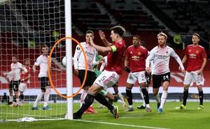"""Đối diện khung thành bỏ trống, đội trưởng Man United đá trúng cột dọc một cách """"thần kỳ"""""""