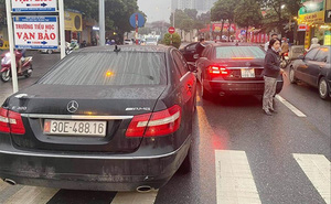 Vụ 2 xe Mercedes trùng biển số tại Hà Nội: Xuất trình đủ giấy tờ vẫn bị giữ dài ngày