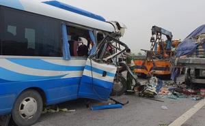 NÓNG: Xe khách tông đuôi xe đầu kéo trên quốc lộ, 1 người thiệt mạng, 21 người bị thương