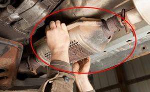 """Mánh khóe """"khôn lỏi"""" của những tay trộm ô tô vặt: Chui xuống gầm xe để trộm thiết bị chứa 2 thứ đắt hơn vàng"""