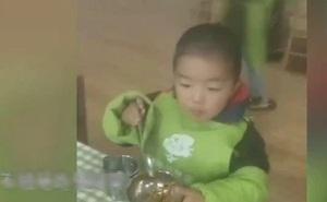 Cậu bé mầm non khóc lóc xin ăn sáng ở lớp vì mẹ quên đóng tiền, cô giáo làm hành động khiến ai cũng phẫn nộ