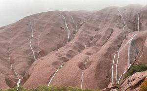 Thác nước chảy hiếm có trên núi đá sa mạc Australia
