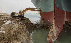 Mỗi ngày thiệt 10 tỉ USD: Kênh đào Suez tính loại bỏ 20.000 mét khối cát để giải phóng con tàu trăm nghìn tấn