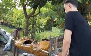 """Về thăm quê Yến Xuân, Văn Lâm """"chuyển nghề"""" làm đầu bếp nướng bò tơ"""
