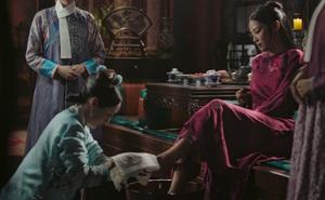 Thử làm 'gia đình quyền quý thời cổ đại', cặp đôi lừa trẻ em nghèo đến nhà làm người hầu, bắt quỳ thỉnh an 'thiếu gia, thiếu phu nhân' như trong phim
