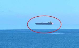 """""""Tàu ma"""" lơ lửng trên mặt nước ngay giữa ban ngày: Bí ẩn khiến dân Anh kinh ngạc"""