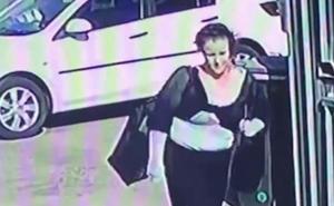 Phát hiện chiếc ô tô đáng ngờ chạy phía sau, người phụ nữ lấy hết can đảm quay lại, đồng ý bước lên xe để rồi đổi đời 180 độ