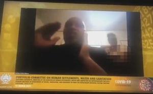 """Sự cố """"ối giời ơi"""" khiến quan chức Nam Phi ngượng chín mặt: Đang họp online, vợ khỏa thân bước vào"""