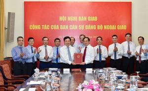 Bàn giao nhiệm vụ Bộ trưởng Ngoại giao cho ông Bùi Thanh Sơn