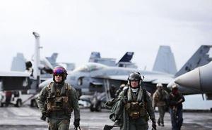 """Tìm hiểu bộ đồ bay """"trang bị tận răng"""" của phi công hải quân Mỹ"""