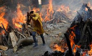 """Người đàn ông chạy giữa 2 giàn hỏa thiêu rực cháy: Loạt ảnh chấn động về Ấn Độ làm cả thế giới """"nín lặng"""""""