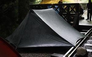 Phát hiện chiếc lều được dựng lên bất thường ngay giữa căn nhà cho thuê, 2 người thuê trọ lập tức bị cảnh sát bắt giữ