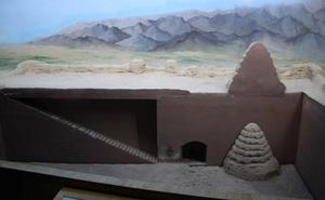 Giận giữ vì lăng mộ bị cướp trắng, nhà khảo cổ đá thẳng vào bức tường ọp ẹp trong lăng: Vô tình lộ ra căn phòng bí mật!