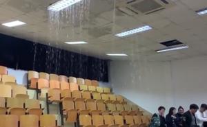 Clip: Mưa to làm sập trần giảng đường, nước tràn vào như suối khiến sinh viên chạy mất dép