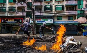 """Ghi hình binh sĩ Myanmar: Một người bị bắn trúng chân, nhận đòn """"nhừ tử"""" rồi nhảy lò cò khi bị giải đi"""