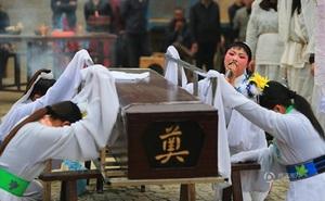 """Những nghề nghe tên kỳ quặc nhưng """"hốt"""" bạc ở Trung Quốc: Từ dằn mặt """"tiểu tam"""" đến khóc mướn"""