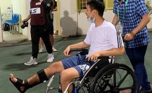 Hùng Dũng ngồi xe lăn đến cổ vũ Hà Nội FC, con trai siêu đáng yêu chiếm trọn spotlight