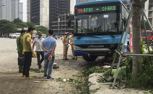Hiện trường vụ tai nạn xe buýt lao lên vỉa hè, húc đổ cây, đâm chết người đi bộ ở Hà Nội