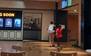 """Con trai cõng bố vào rạp chiếu phim, khoảnh khắc khiến Trấn Thành lên tiếng """"cảm ơn"""" trên MXH"""