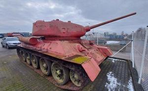 CH Czech: Người đàn ông mang xe tăng T-34, pháo tự hành đến gặp cảnh sát